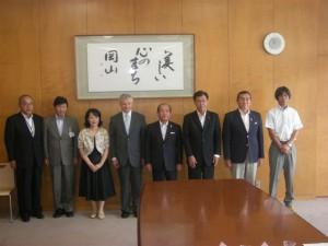 表敬訪問時の写真(左から4人目がトドロフ大使、左から3人目が大使夫人)