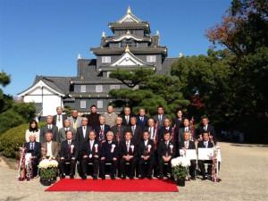岡山城をバックに記念撮影