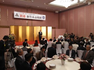 記念式典で挨拶する新竹市長
